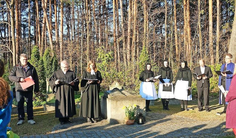 Schleifes Pfarrerin Jadwiga Mahling hat die Grabsteine geweiht. Kolesko hat das Ganze musiklisch umrahmt.