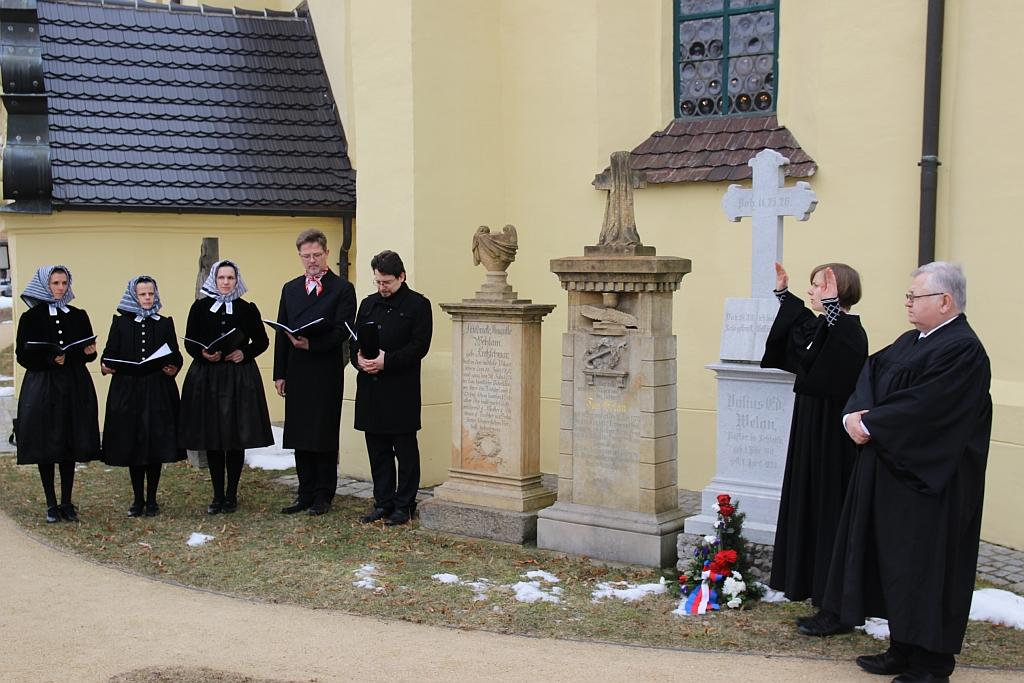 """Am Grab von Wjelan legten Pfarrerin Jadwiga Mahling und Manfred Hermasch von der Kirchgemeinde einen Kranz nieder. """"Kólesko"""" präsentierte Wjelans Choral """"Meine Liebe""""."""