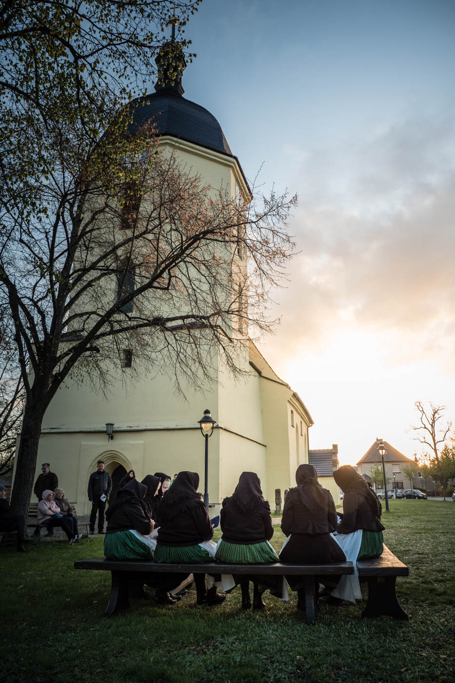 Ostersingen am 16.04.2017 in Schleife. Erstmals seit 1956 erklangen auf den Singebänken vor der Schleifer Kirche wieder die überlieferten Osterchoräle in Schleifer Sorbisch. Foto: Karsten Nitsch